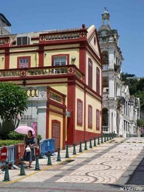 Um troço da Calçada da Igreja de S. Lázaro. No primeiro prédio do lado esquerdo, funciona presentemente a Escola de Música do Conservatório de Macau. Foto: M.V. Basílio