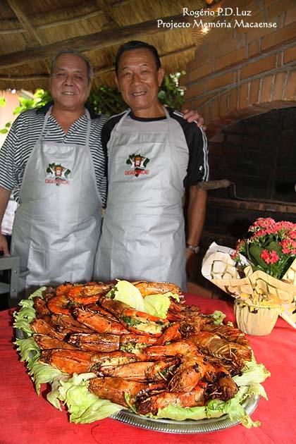 João Bosco e Alex Airosa e o prato pronto de camarão recheado para degustação do público